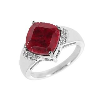Un rouge fougueux. Argent 925 rhodié 1 rubis traité 4.81 carats 10 topazes incolores.