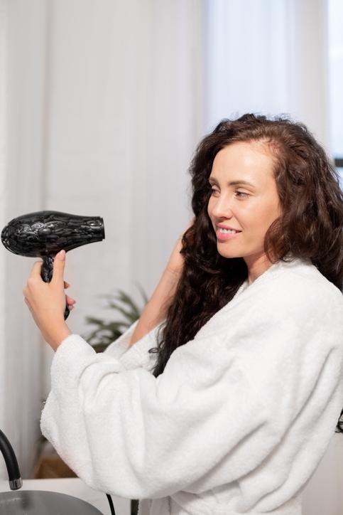 Se sécher les cheveux